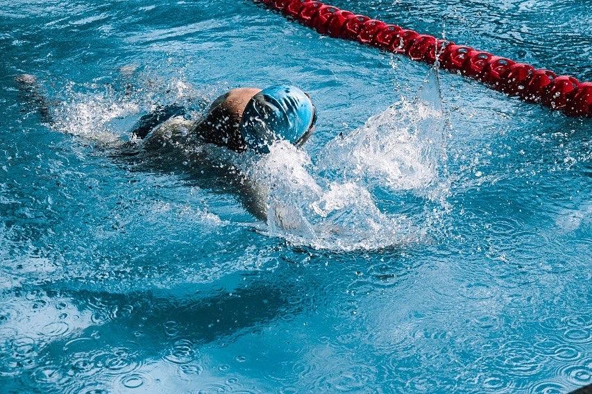 Систематические тренировки по плаванию способствуют развитию всех мышц и интеллекта
